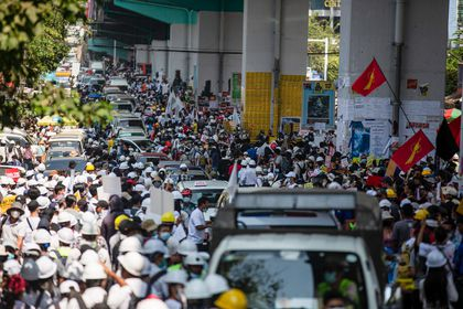 24 February 2021, Myanmar, Yangon: Protesters take to the streets to protest against the military coup and detention of civilian leaders in Myanmar. Photo: Aung Kyaw Htet/SOPA Images via ZUMA Wire/dpa Aung Kyaw Htet/SOPA Images via Z / DPA 24/02/2021 ONLY FOR USE IN SPAIN