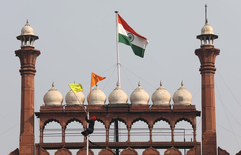 New Delhi (India), 26/01/2021.- A man climbed a flag pole after farmers entered the Red Fort amid their ongoing protest against the new agriculture laws in New Delhi, India, 26 January 2021. Farmers' organizations organized a 'parallel parade' to counter India's Republic Day parade in New Delhi on the same day and fought through police barricades and tear gas to enter Delhi's historic Red Fort complex and also near the police headquater and in parts of centreal Delhi. (Protestas, Nueva Delhi) EFE/EPA/RAJAT GUPTA