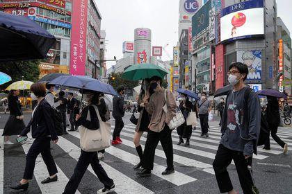 Tokyo (Japan), 12/10/2021.- Pedestrians wearing protective masks walk a crossway at Shibuya in Tokyo, Japan, 12 October 2021.Tokyo has marked 77 new COVID-19 infection cases on 12 October 2021, the fourth straight day marking under 100 cases, after the Japanese government lifted the COVID-19 state of emergency in 19 prefectures including Tokyo on 01 October 2021. (Japón, Tokio) EFE/EPA/KIMIMASA MAYAMA