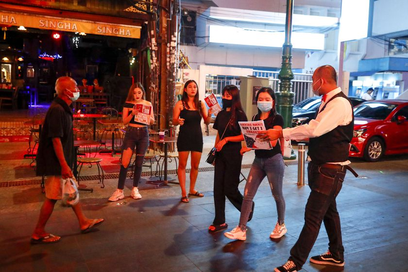 Bangkok (Thailand), 10/12/2020.- A man (R) tries to attract customers to a bar on the tourist hotspot Khaosan Road in Bangkok, Thailand, 20 November 2020 (issued 23 December 2020). (Tailandia) EFE/EPA/DIEGO AZUBEL