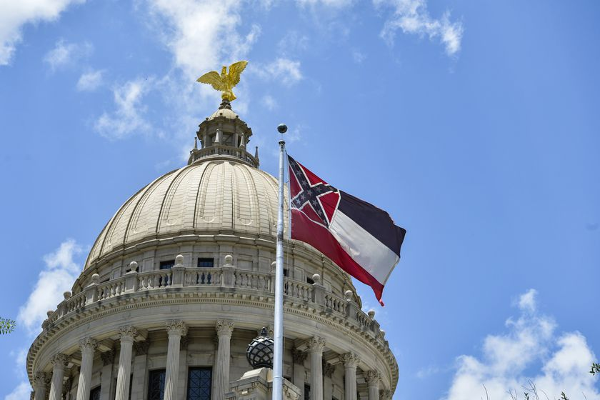 Mississippi lawmakers vote to change state flag