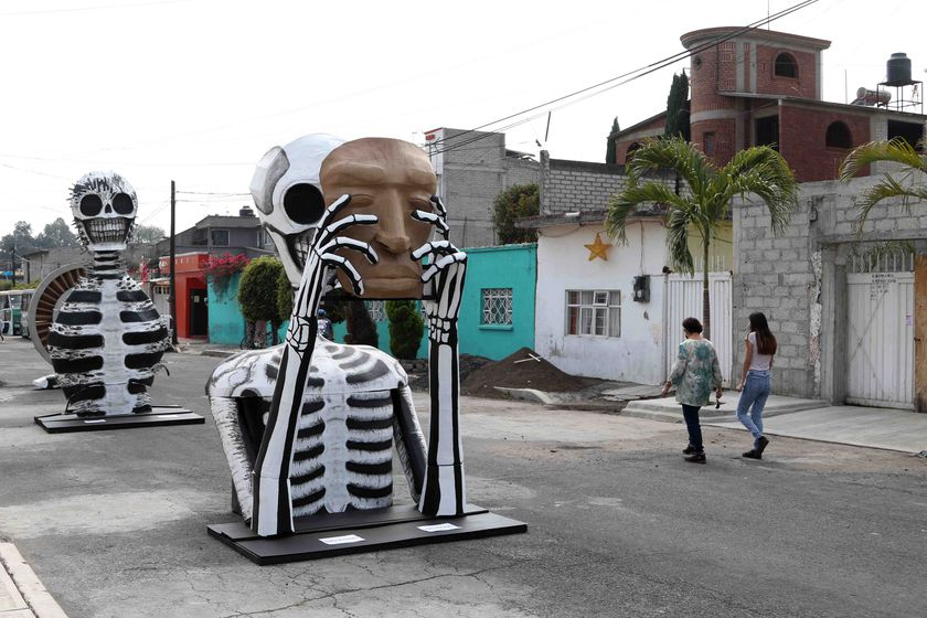29 October 2020, Mexico, Mexico City: Passers-by walk near giant cardboard skulls at Francisco Santiago Borraz street which were placed for the Day of the Dead celebrations. Photo: -/El Universal via ZUMA Wire/dpa 29/10/2020 ONLY FOR USE IN SPAIN