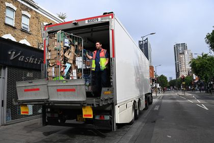 London (United Kingdom), 09/09/2021.- A Tesco delivery driver loads a lorry outside a supermarket in central London, Britain, 09 September 2021. A shortage of lorry drivers has left supermarkets and restaurants short of produce across the UK. Brexit and the Covid pandemic has meant there aren't enough lorry drivers to meet the demand. (Reino Unido, Londres) EFE/EPA/ANDY RAIN