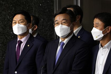 Seoul (Korea, Republic Of), 29/09/2021.- Reps. Yun Ho-jung (C) and Kim Gi-hyeon (L), floor leaders of the ruling Democratic Party and main opposition People Power Party, respectively, speak to reporters at the National Assembly in Seoul, South Korea, 29 September 2021, after they agreed to form a special parliamentary committee to review media bills, including a controversial revision to the media arbitration act. (Corea del Sur, Seúl) EFE/EPA/YONHAP / POOL SOUTH KOREA OUT