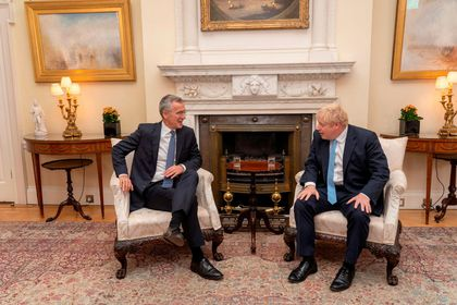 Jens Stoltenberg con Boris Johnson/Reuters