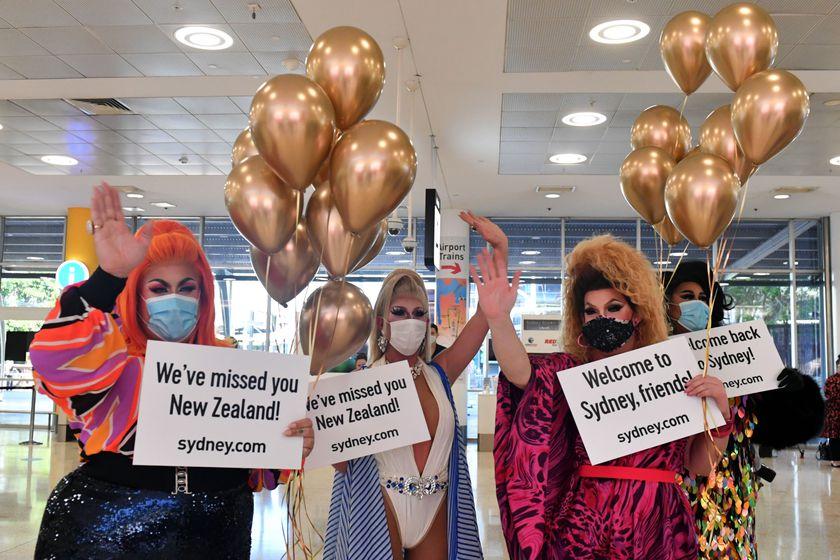 Sydney (Australia), 18/04/2021.- Drag queens welcome New Zealand travellers at Sydney International Airport, Sydney, Australia, 19 April 2021. From Sunday night, travellers from Australia were once again able to travel to New Zealand quarantine-free after more than a year of tight restrictions. (Nueva Zelanda) EFE/EPA/MICK TSIKAS AUSTRALIA AND NEW ZEALAND OUT