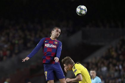 Barcelona's Antoine Griezmann heads the ball above Dortmund's Lukasz Piszczek, right, during a Champions League group F soccer match between Barcelona and Dortmund at the Camp Nou stadium in Barcelona, Spain, Wednesday, Nov. 27, 2019. (AP Photo/Emilio Morenatti)