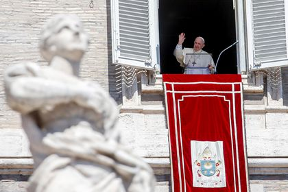 Vatican City (Vatican City State (holy See)), 29/08/2021.- Pope Francis recites the Angelus prayer from the window of his study overlooking Saint Peter's Square, Vatican City, 29 August 2021. (Papa) EFE/EPA/FABIO FRUSTACI