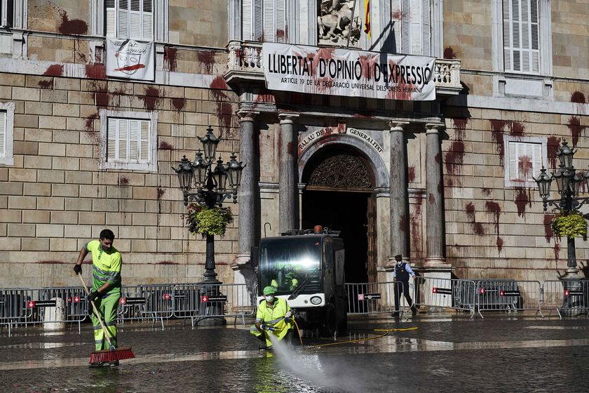 08 November 2020, Spain, Barcelona: Cleaning workers of the city of Barcelona clean outside the Catalonia Government building after a group of seven people has thrown balloons with red paint on the facade of the Palau de la Generalitat during a protest against in the damage in the hospitality sector after restrictions imposed by the government. Photo: Miguel Lopez Mallch/DAX via ZUMA Wire/dpa