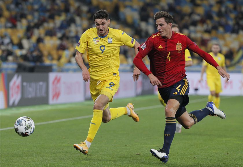 Kiev (Ukraine), 13/10/2020.- Pau Torres (R) of Spain and Roman Yaremchuk (L) of Ukraine in action during the UEFA Nations League group stage, league A, group 4 soccer match between Ukraine and Spain in Kiev, Ukraine, 13 October 2020. (España, Ucrania) EFE/EPA/SERGEY DOLZHENKO