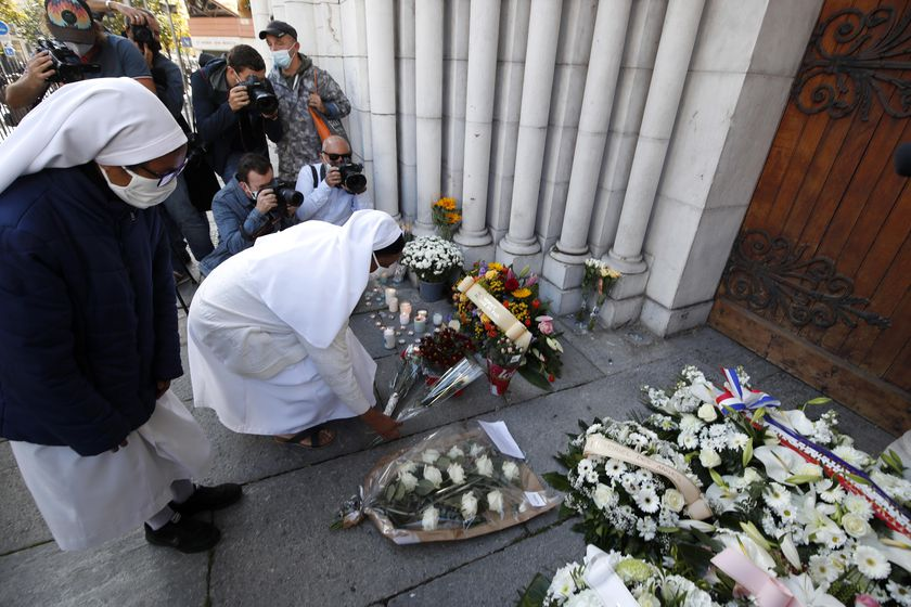 Nice (France), 30/10/2020.- Nuns lay flowers on a makeshift memorial to the victims of the knife attack at the entrance of the Notre Dame Basilica church in Nice, France, 30 October 2020. Three people have died in a terror attack. The attack comes less than a month after the beheading of a French middle school teacher in Paris on 16 October. (Atentado, Francia, Niza) EFE/EPA/SEBASTIEN NOGIER