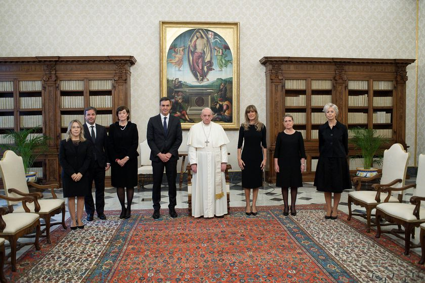 Pope Francis poses with Spanish Prime Minister Pedro Sanchez and his wife Maria Begona Gomez Fernandez as they meet at the Vatican October 24, 2020.   Vatican Media/Handout via REUTERS    ATTENTION EDITORS - THIS IMAGE WAS PROVIDED BY A THIRD PARTY.