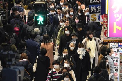 Tokyo (Japan), 10/12/2020.- Pedestrians walk toward Shinjuku railway station in Tokyo, Japan, 10 December 2020. The number of new coronavirus cases in Tokyo have topped 600 in a day for the first time. (Japón, Tokio) EFE/EPA/KIMIMASA MAYAMA