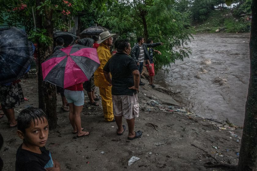04 November 2020, Honduras, San Pedro Sula: Residents of a shanty village on the Rio Blanco riverbanks watch the overflowing water after the winds and rains brought by the category 4 Hurricane Eta. Photo: Seth Sidney Berry/SOPA Images via ZUMA Wire/dpa Seth Sidney Berry/SOPA Images vi / DPA 04/11/2020 ONLY FOR USE IN SPAIN