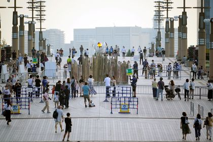 Tokyo (Japan), 28/07/2021.- People gather around the Olympic Flame in Tokyo, Japan, 28 July 2021. The Japanese capital recorded 3,177 new coronavirus cases on 28 July, hitting a new daily record for the second day in a row. It reported 2,848 cases on 27 July, adding further pressure on the country's health care system. (Japón, Tokio) EFE/EPA/FRANCK ROBICHON