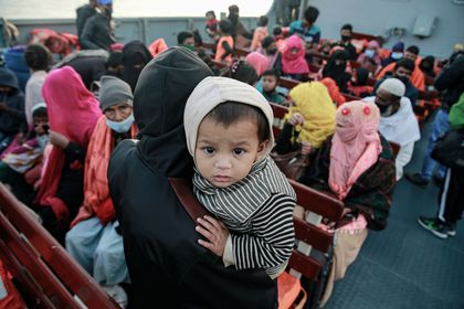 29 December 2020, Bangladesh, Chittagong: The second group of Rohingya refugees from Myanmar are seen boarding a Bangladeshi navy ship that will transport them to an island in the Bay of Bengal. Photo: Suvra Kanti Das/ZUMA Wire/dpa 29/12/2020 ONLY FOR USE IN SPAIN