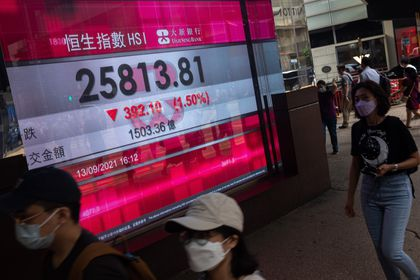 Hong Kong (China), 13/09/2021.- Pedestrians walk past an electronic billboard displaying information on the Hang Seng Index (HSI) in Hong Kong, China, 13 September 2021. The HSI fell 1.5 percent, or 392 points, to 25,813. EFE/EPA/JEROME FAVRE