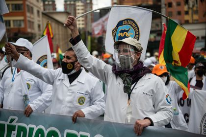 17 March 2021, Bolivia, La Paz: Doctors take part in a protest against the arrest of Bolivia's former interim president Jeanine Anez and other ex-ministers. A group of doctors took part in the rally, calling for the repeal of a new law which, in their view, restricts their right to strike. Photo: Radoslaw Czajkowski/dpa 17/03/2021 ONLY FOR USE IN SPAIN
