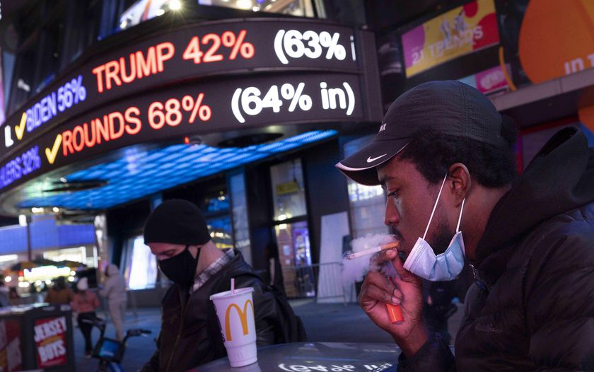 New York (United States), 04/11/2020.- People gather to watch results in the presidential election on a screen in Times Square in New York, New York, USA, 03 November 2020. Americans vote on Election Day to choose between re-electing Donald J. Trump or electing Joe Biden as the 46th President of the United States to serve from 2021 through 2024. (Estados Unidos, Nueva York) EFE/EPA/JUSTIN LANE