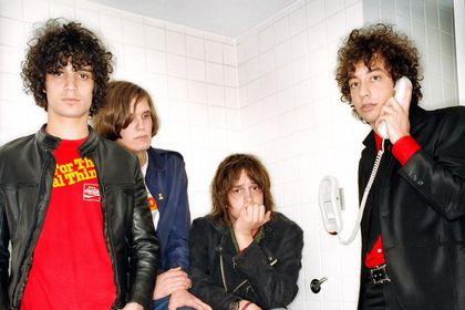 The Strokes, fotografiados en un baño, estancia a la que dedicaron una canción, «Meet me in the bathroom», por favorecer la socialización
