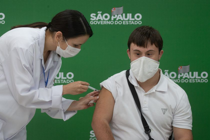 10 May 2021, Brazil, Sao Paulo: Victor Machado receives a shot of the AstraZeneca coronavirus (Covid-19) vaccine at the start of the priority vaccination program for people with Down syndrome in Sao Paulo. Photo: Paulo Lopes/ZUMA Wire/dpa 10/05/2021 ONLY FOR USE IN SPAIN