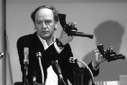 Hans Holmer, head of the investigation of the assassination of Olof Palme, shows two Smith & Wesson .357 Magnum revolvers during a press conference in Stockholm
