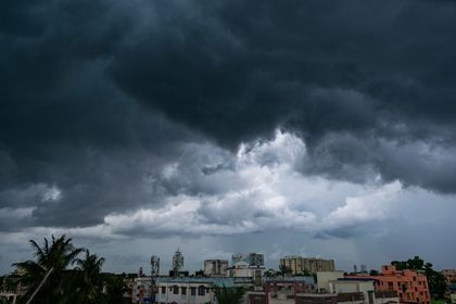 26 September 2021, India, Kolkata: Dark clouds cover the sky over Kolkata due to the tropical cyclonic Gulab. Cyclone Gulab weakened on Monday after claiming three lives, inundating low-lying areas as well as disrupting power supplies in regions along India's south-eastern coast. Photo: Santarpan Roy/ZUMA Press Wire/dpa Santarpan Roy/ZUMA Press Wire/dp / DPA 26/09/2021 ONLY FOR USE IN SPAIN