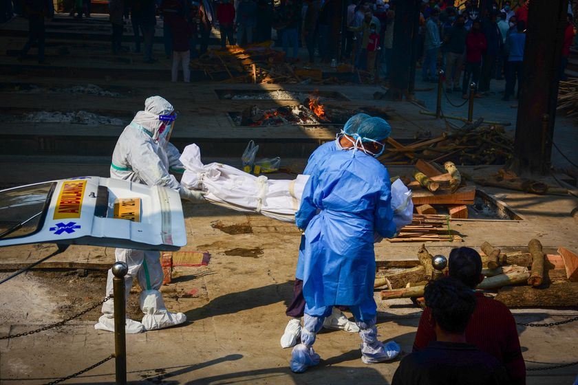 19 November 2020, India, New Delhi: Health workers carry the body of a coronavirus victim at the Nigambodh Ghat crematorium. Photo: Manish Rajput/SOPA Images via ZUMA Wire/dpa Manish Rajput/SOPA Images via ZU / DPA 19/11/2020 ONLY FOR USE IN SPAIN