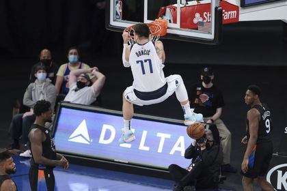 Luka Doncic machaca el aro de los New York Knicks