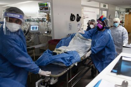 16 April 2021, Argentina, Buenos Aires: Health care members work in an intensive care unit amid the Corona pandemic. Due to the rapidly growing number of infections, the Argentine government has imposed curfews in the most affected regions as of Friday evening. Photo: Carlos Brigo/telam/dpa - ACHTUNG: Nur zur redaktionellen Verwendung und nur mit vollständiger Nennung des vorstehenden Credits