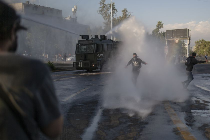 02 October 2020, Chile, Santiago: A police vehicle sprays protesters with water during clashes following an anti government protest in Plaza Baquedano. Photo: Pablo Rojas Madariaga/SOPA Images via ZUMA Wire/dpa