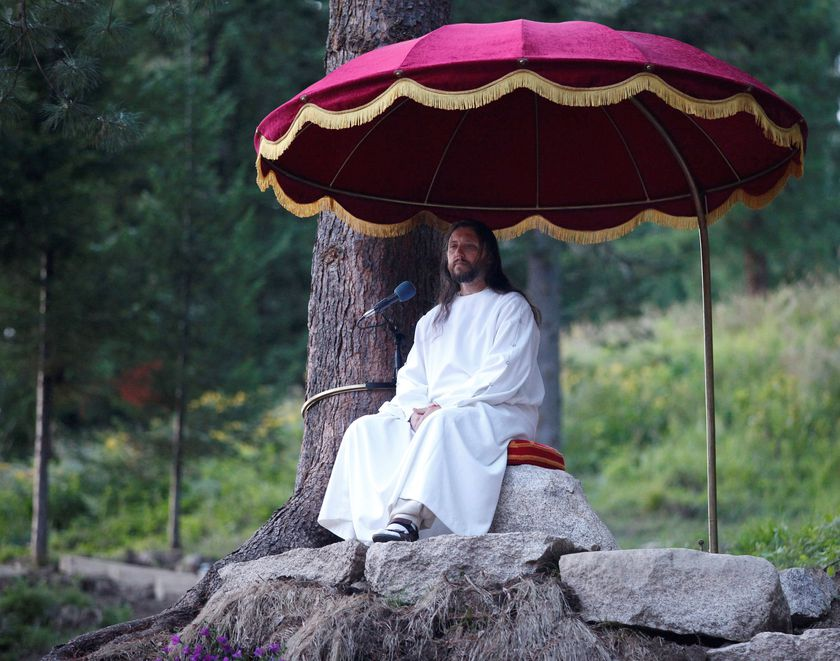 """FILE PHOTO: Vissarion, who has proclaimed himself a new Christ, conducts a service during the """"Holiday of Good Fruit"""" feast in the village of Obitel Rassveta (Cloister of Sunrise), some 640 km (398 miles) southeast of Russia's Siberian city of Krasnoyarsk, Russia August 18, 2010. REUTERS/Ilya Naymushin/File Photo"""