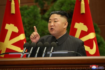 """Pyongyang (Korea, Democratic People''s Republic Of), 29/06/2021.- A photo released by the official North Korean Central News Agency (KCNA) shows North Korean leader Kim Jong-un speaking during an enlarged meeting of the Political Bureau of the Central Committee of the Workers' Party of Korea (WPK) at the office building of the Party Central Committee in Pyongyang, North Korea, 29 June 2021 (issued 30 June 2021). According to KCNA, Kim Jong-un presided over the meeting to """"deal with some leading officials' dereliction of duty in implementing the major policy tasks of the Party and the state and to provide a fresh turning point in the personnel administration within the Party."""" EFE/EPA/KCNA EDITORIAL USE ONLY"""